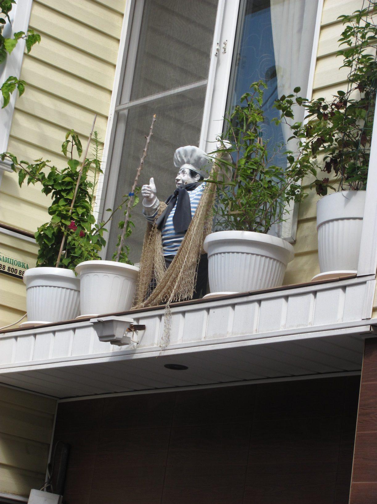 Кукла на окне